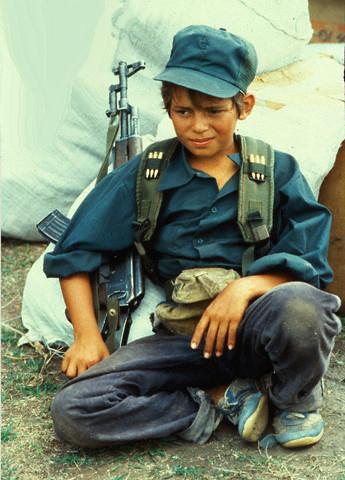 Sono più di trecentomila i minori attualmente impegnati in conflitti nel mondo. La maggioranza ha un'età tra i quindici e i diciotto anni, ma ci sono anche reclute di dieci, dodici anni e la tendenza è verso un abbassamento dell'età.